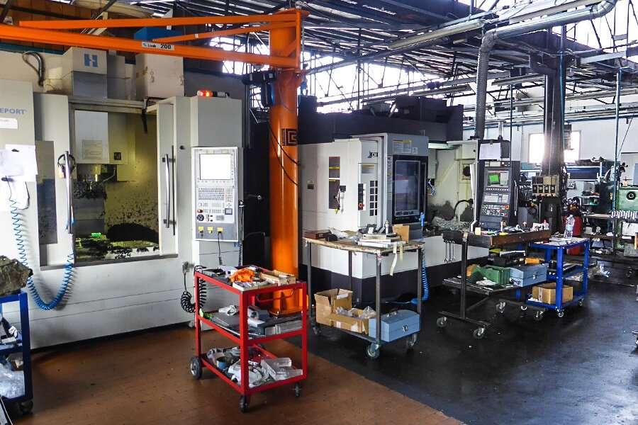 El área de producción con centros de trabajo de marca Okuma en la producción de alesadoras de asientos de valvulas