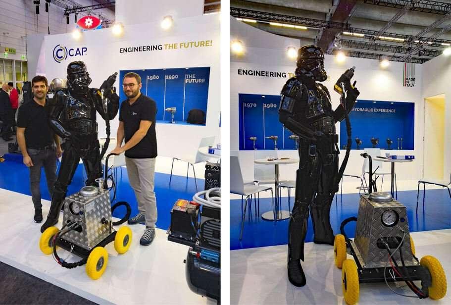 Momenti di divertimento allo stand CAP con Darth Vader di Star Wars equipaggiato con la centralina idraulica CAP STP36 e l'avvitatore idraulico CAP K560