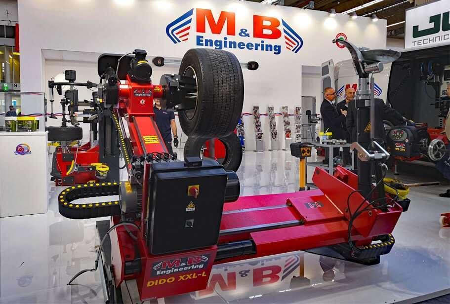 Lo stand di M&B Engineering con lo smontagomme elettroidraulico superautomatico DIDO XXL-L in prima vista