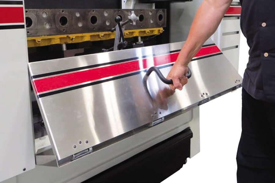 La porta pieghevole in acciaio inox delle Rottler S85A e S86A: Spianatrici per testate CNC