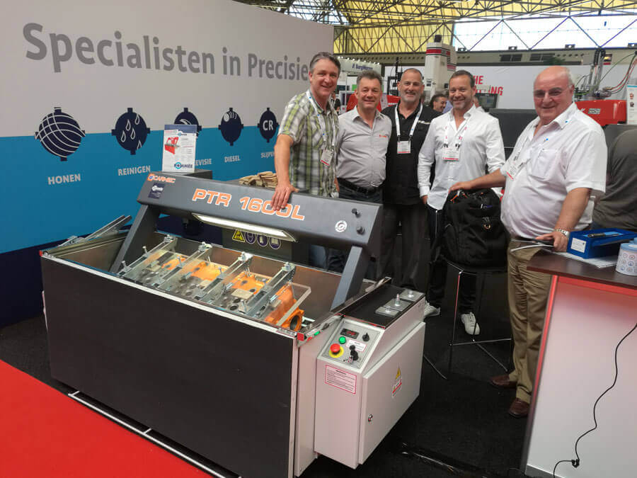 Some people of the industry with the Carmec PTR 1600L pressure tester for cylinder heads.