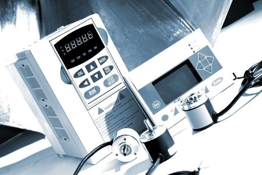 Inverter, encoder e pannello touch screen nelle Macchine utensili CNC