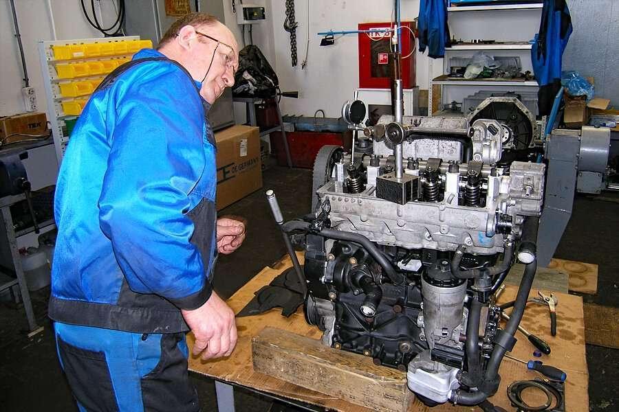 Un operador mientras inspecciona un motor