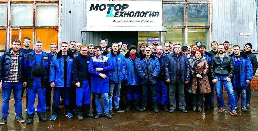 El staff del centro técnico de Motortehnology especializado en la reparación de motores en Rusia