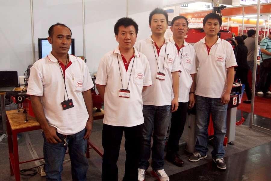Lo staff di Parco Intertrade al Metalex di Bangkok con Mr. Kitti Ruangsangthai e Mr. Papon Sirorungsi, rispettivamente secondo e quarto in fila.