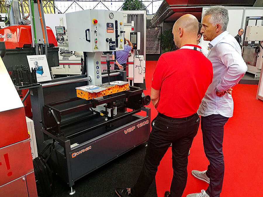 Pommèe Machines and Equipment and Sunnen technicians observed with interest the Carmec VGP 1200 hydraulic press for valve guides
