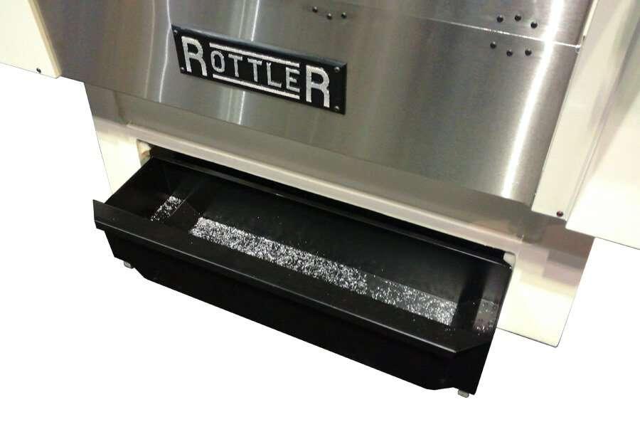 El práctico cajón extraíble que permite la recolección de virutas de elaboración en las cepilladoras automáticas CNC de superficie Rottler S85A y S86A