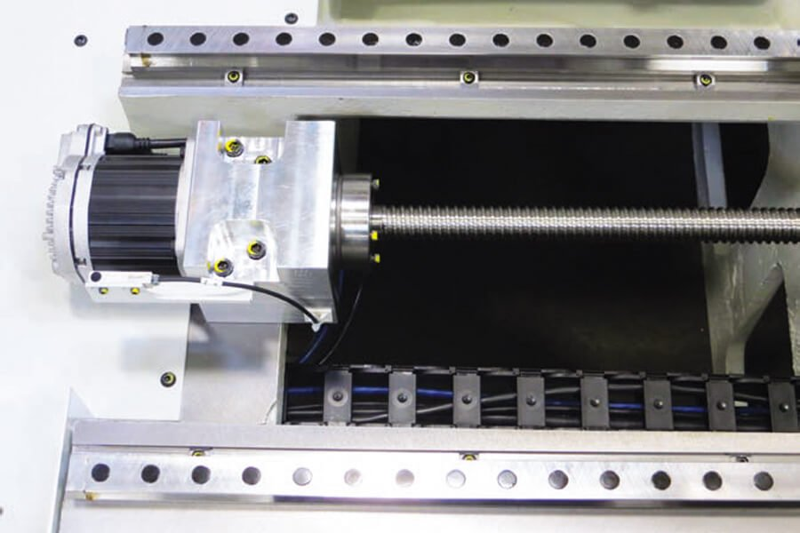 Detalle de las guías lineares, tornillos de bolas recirculantes y motores brushless en las cepilladoras automáticas CNC de superficie Rottler S85A y S86A