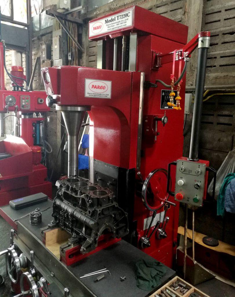 Alesadora de cilindros T7220C con brand Parco Intertrade por la Rectificación de motores en Tailandia