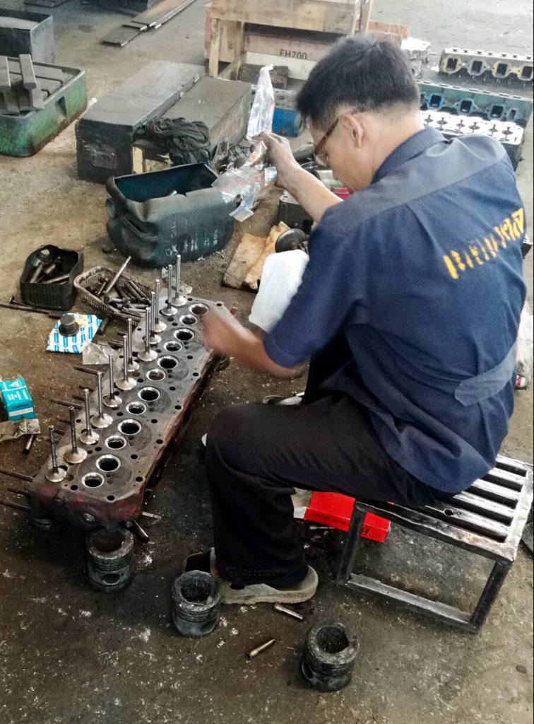 Engine rebuilder desmounting valves